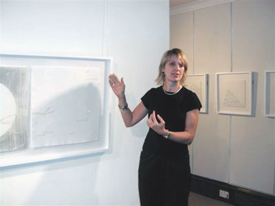 Jenny Smith talking about her work to a Hughson Gallery audience, 16 Oct 05